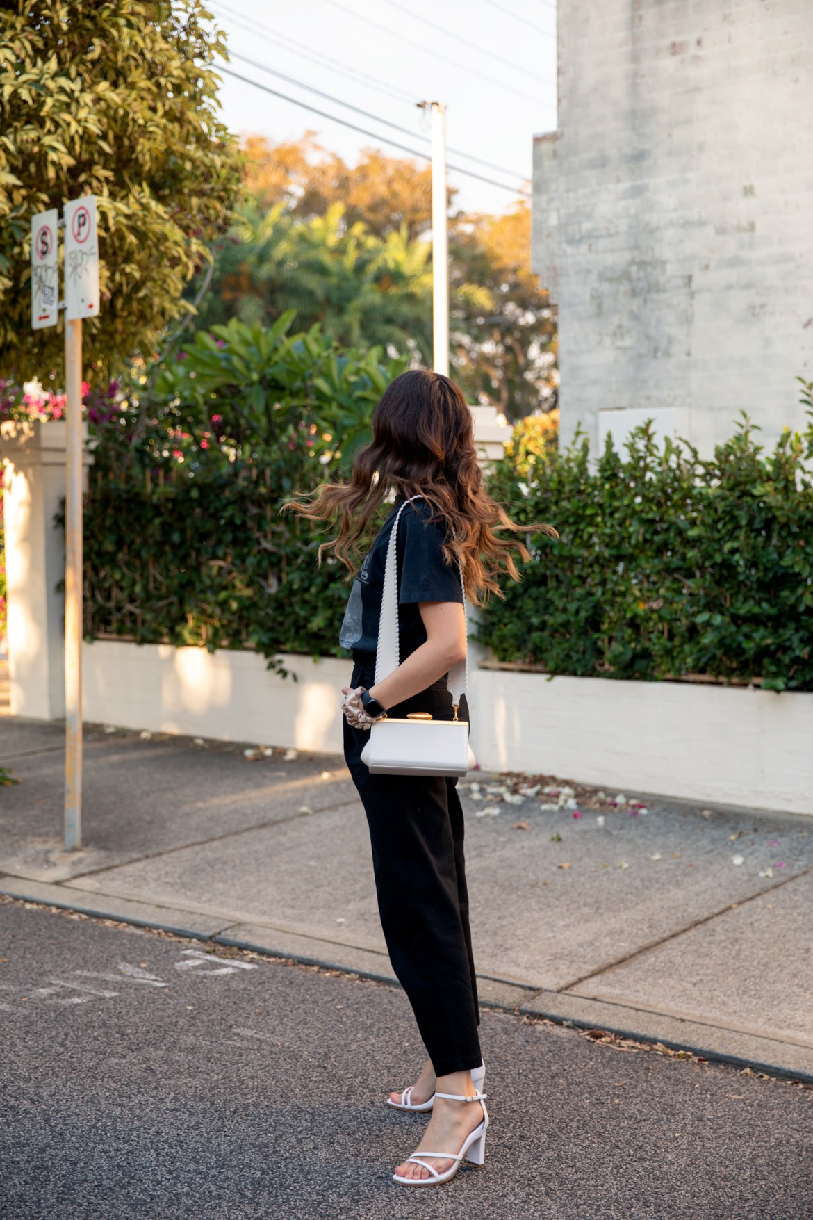 tips for dressing up a simple cotton pants and tee outfit with strappy heels
