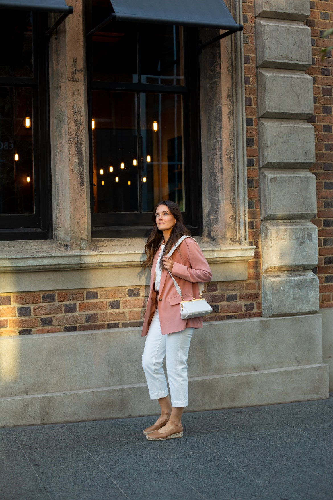 outfit idea with a white handbag and tan shoes
