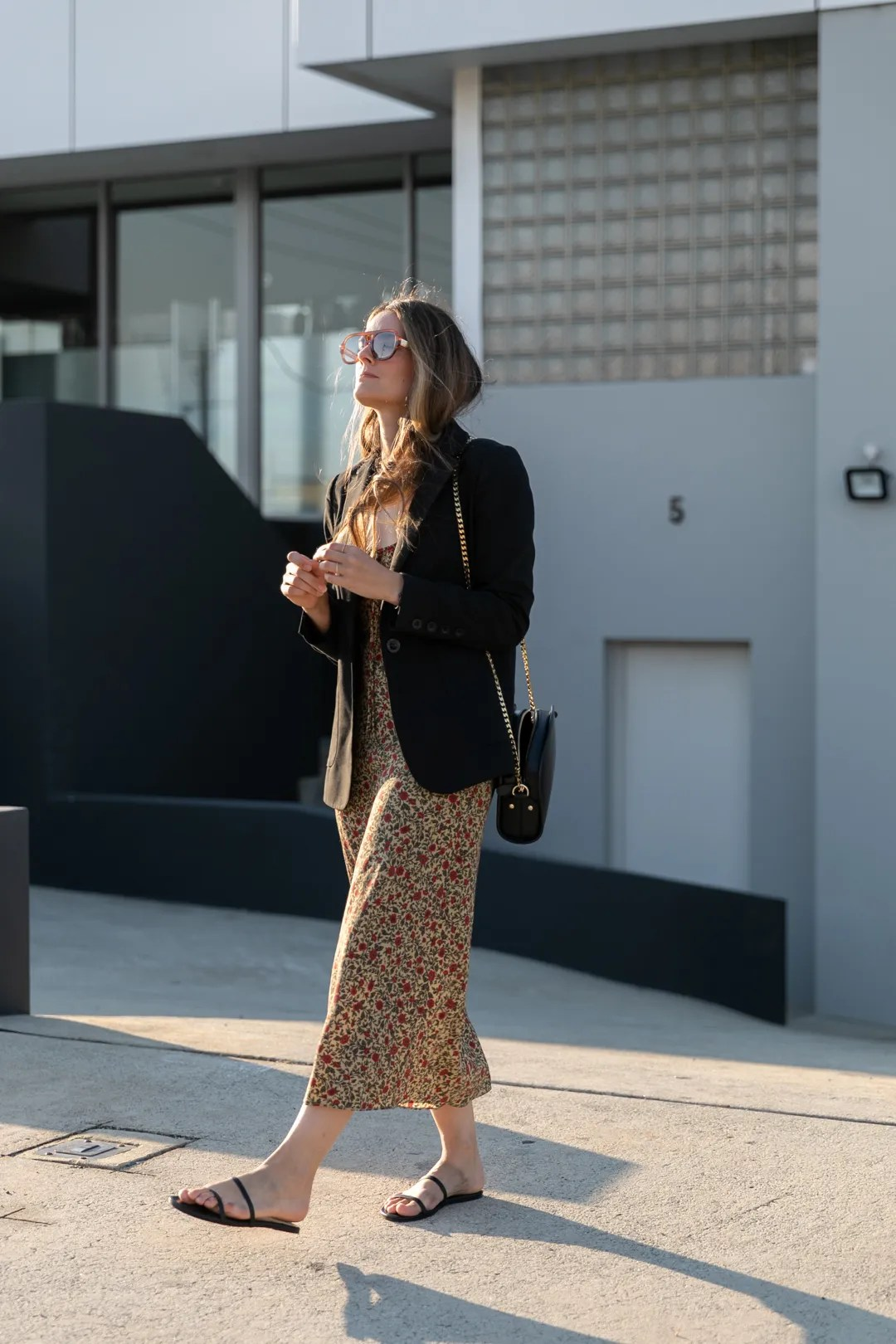 Midi dress with Tkees sandals and blazer