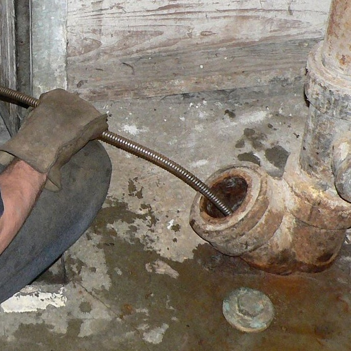 Loodgieter heeft wat te doen bij een dame