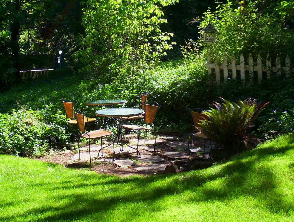 Landscaping Ideas: Front Yard Outdoor Living Areas ... on Small Garden Sitting Area Ideas  id=76565