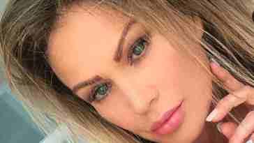 Eva Henger stratosferica in bikini: Massimo Boldi esagera con il commento