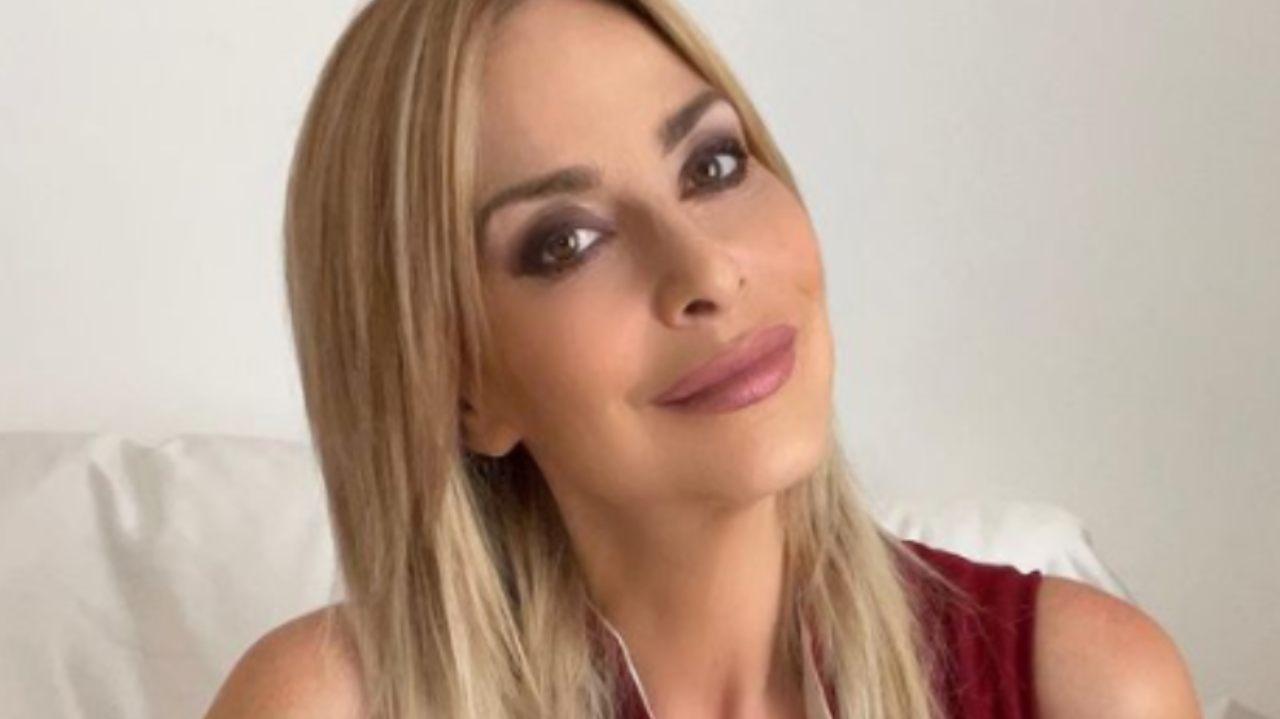 Stefania Orlando da infarto: top e slip neri, bellezza mozzafiato