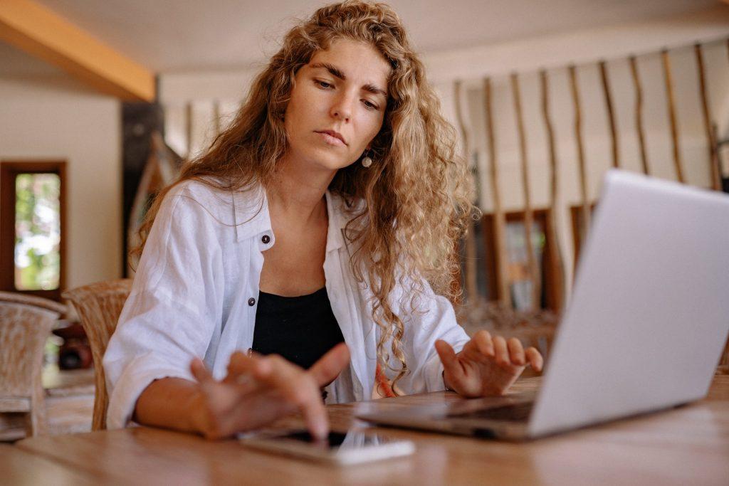 Empresaria aplicando conocimientos en transformación digital