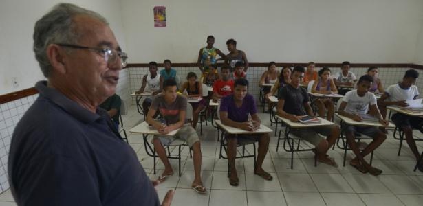 O professor Solon da Nóbrega dá aula no Ceqfaam (Centro Quilombola de Alternância Ana Moreira), em Codó (MA). Dos 29 alunos formados no Ceqfaam, cinco foram selecionados, por meio da nota do Enem, para o IFMA