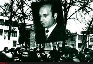 Manifestanti reggono un'immagine di Ali Shariati