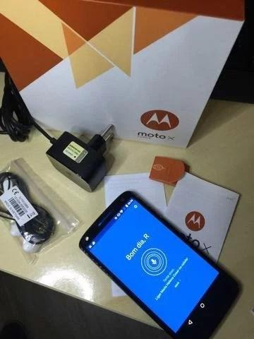 Kit que vem na caixa do Moto X Force contendo aparelho, manuais, fone, chave e carregador turbo