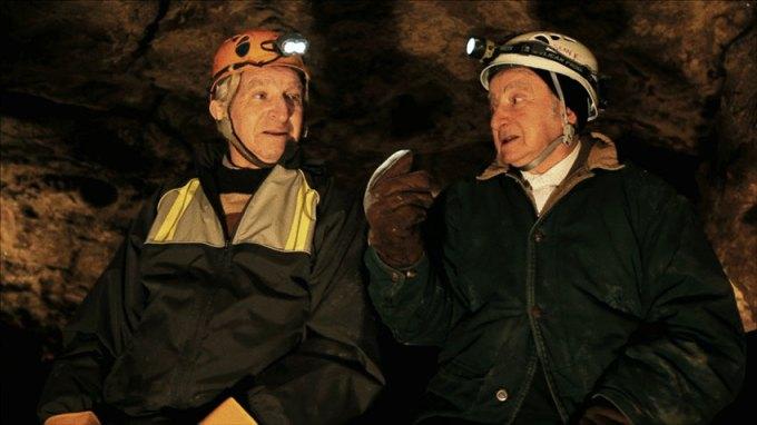Sam Stermer, Gustav Stibranyi, Saul Stermer und Norbert Danko außerhalb der Proiester-Grotte in der Ukraine
