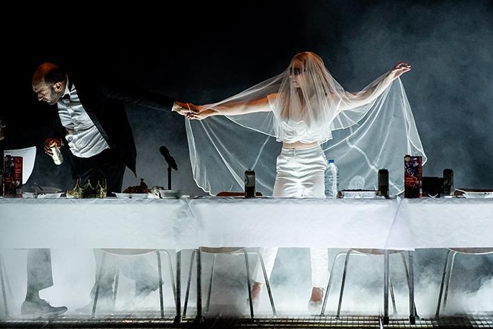 Urs Zucker und Jenny König in »Hamlet« an der Berliner Schaubühne   Foto: Arno Declair