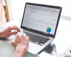 Portátitl con estadísitcas de Google Analytics
