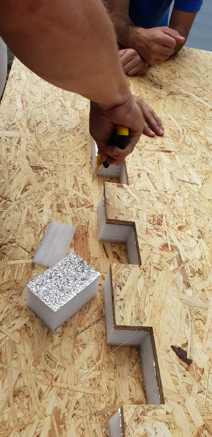 Engenheiros cortando os materiais para criar um abrigo Iglou