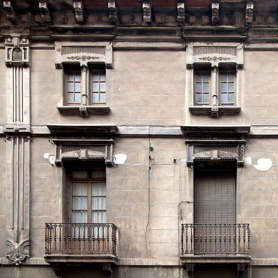 Detalles de fachada en la obra de Ramón Casas Massó.