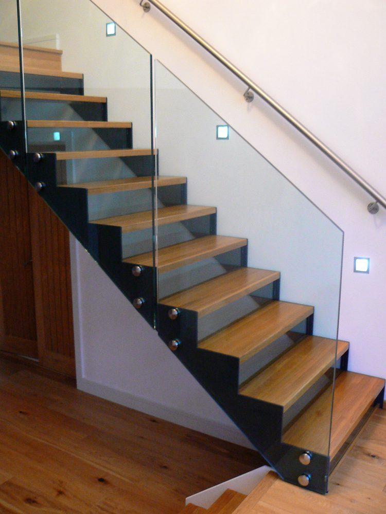 Ringhiera in metallo per scalinata a giorno in legno, metallo e vetro