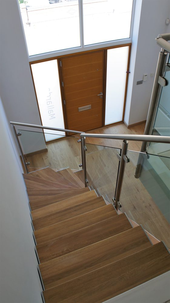 Vista dall'alto gradini in legno e ringhiera in metallo