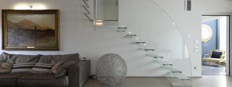 Scala di design con gradini a sbalzo e ringhiera – in vetro extra-chiaro. a forma di onda con fissaggi in acciaio inox\