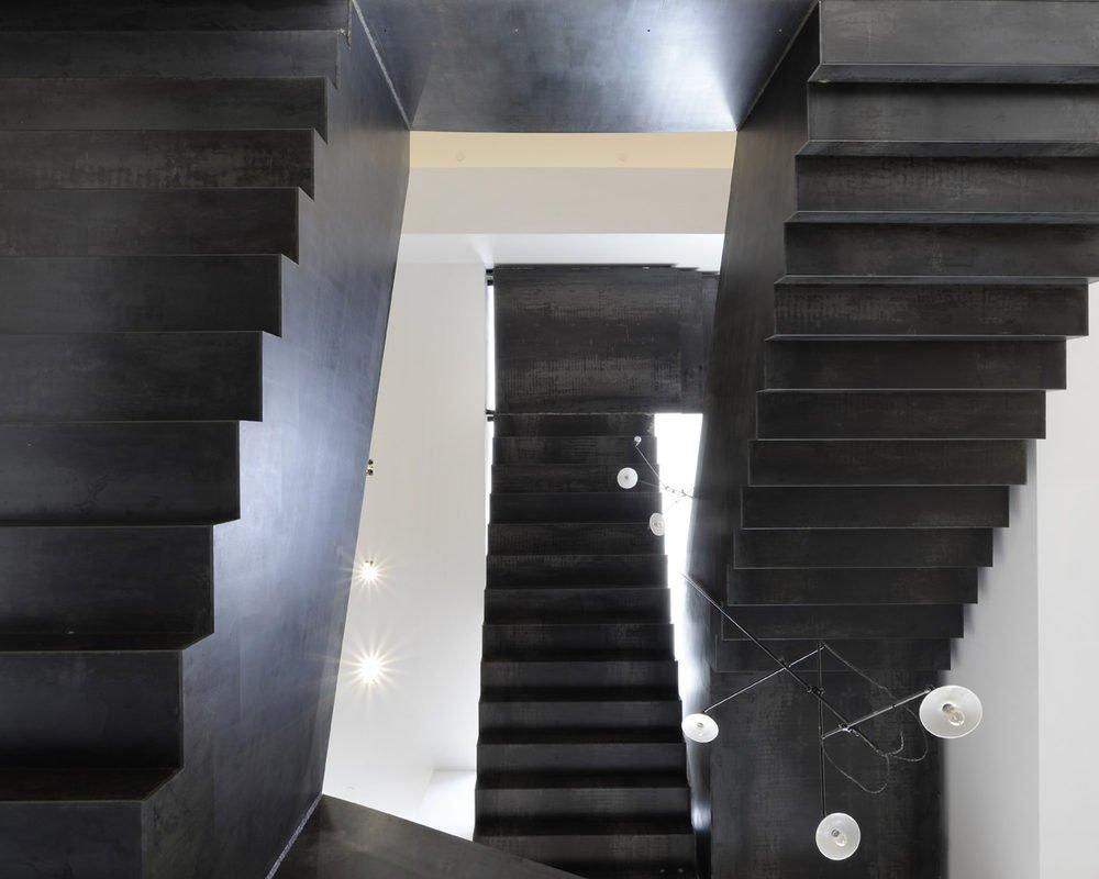 Triplice scala minimalista, industriale, in ferro trattato al carbonio
