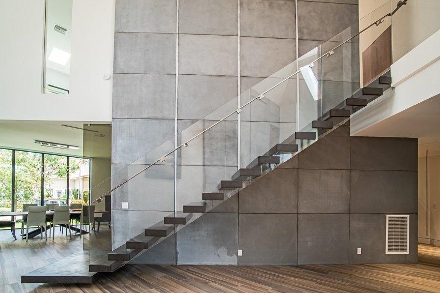 Scala a giorno in metallo con gradini a sbalzo e parapetto in vetro per ufficio