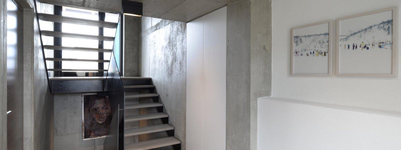 scala di design in legno e ferro., con gradini sono in legno di rovere spazzolato non verniciato.