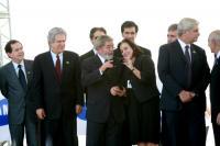 Presidente Lula e comitiva vêem TV no celular