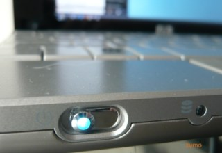 detalhe da chave liga-desliga do 2133. ao lado, o indicador do disco rigido