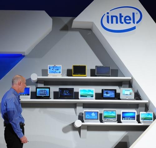 Sean Maloney, VP executivo da Intel, e uma parede de portáteis
