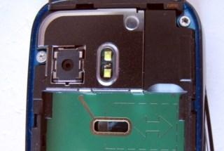 5800 e o SIM card; tem até uma indicação de onde empurrar o cartão com a caneta stylus
