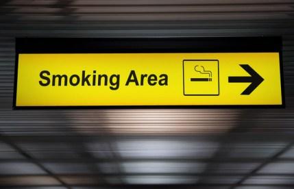 Госдума проголосовала в первом чтении за возвращение курилок в аэропорты