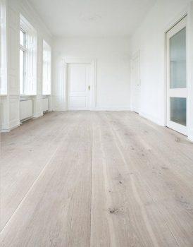 Houten vloer met brede planken