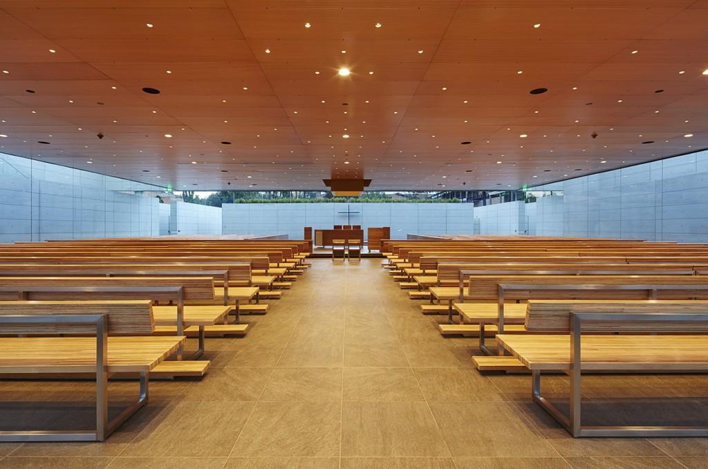 Vista interior de la Capilla Santa María de los Caballeros del Gimnasio Campestre, en Bogotá. Premio mundial 2015 Obras Cemex en la categoría institucional-industrial. Arquitecto Felipe González-Pacheco.