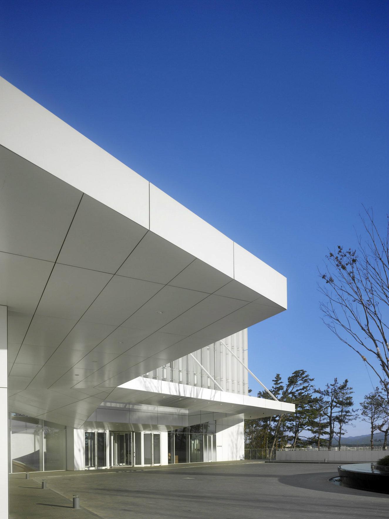 El acceso al hotel. Fotografía: © Roland Halbe. Cortesía, Richard Meier & Partners.