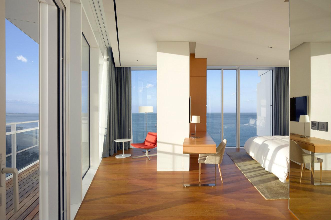 Una de las habitaciones con vista al mar. Fotografía: © Roland Halbe. Cortesía, Richard Meier & Partners.