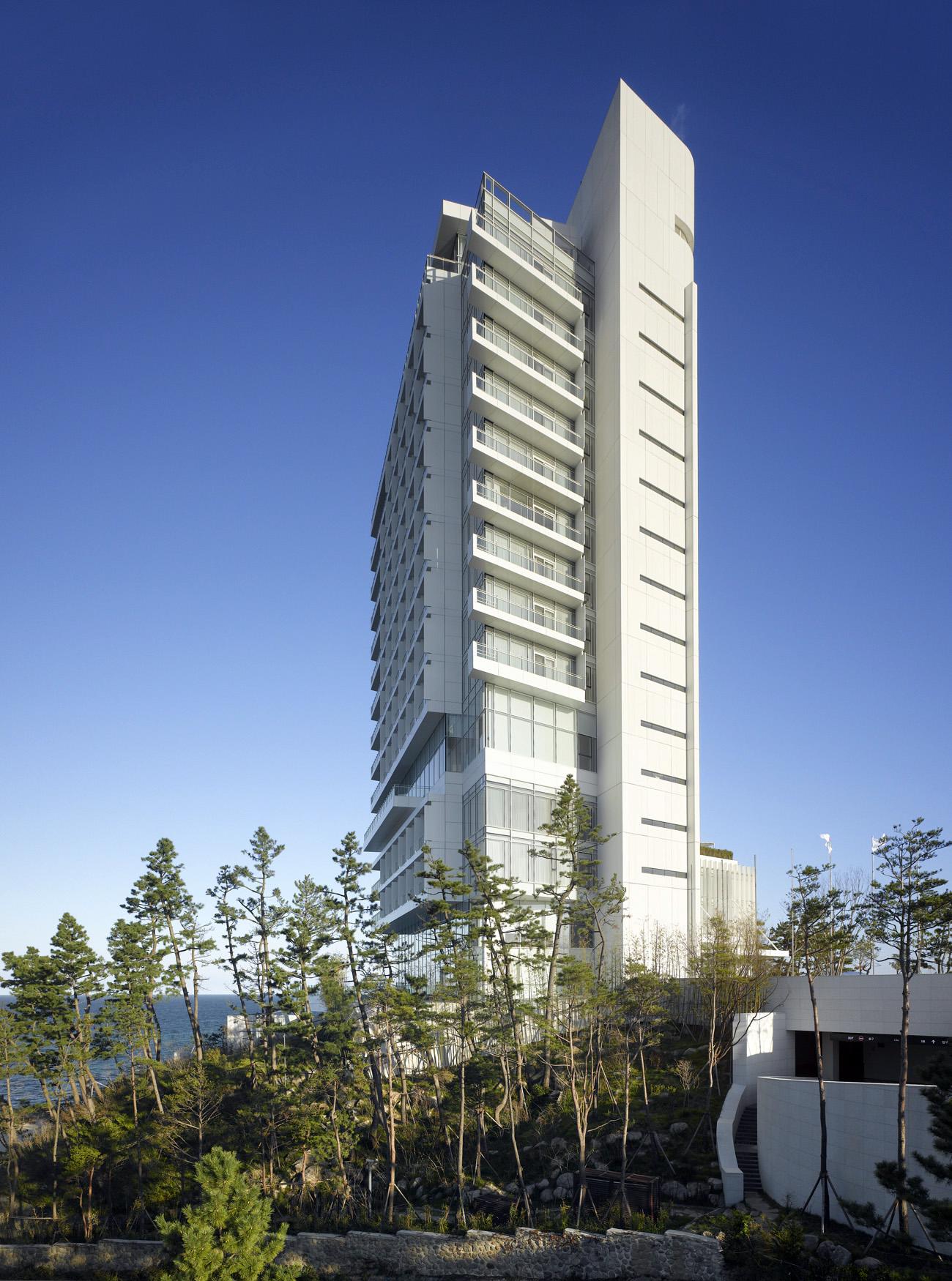 La torre rodeada . Fotografía: © Roland Halbe. Cortesía, Richard Meier & Partners.