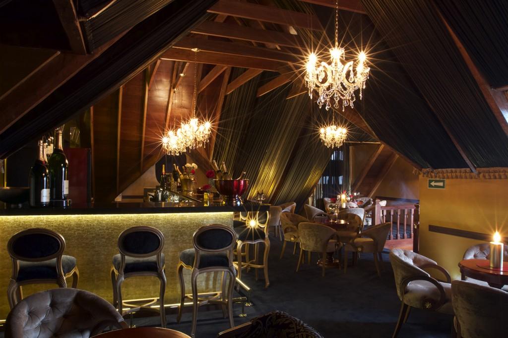 La iluminación tenue es lograda con los chandeliers y apliques de pared realizados con lágrimas de cristal traídas de la República Checa