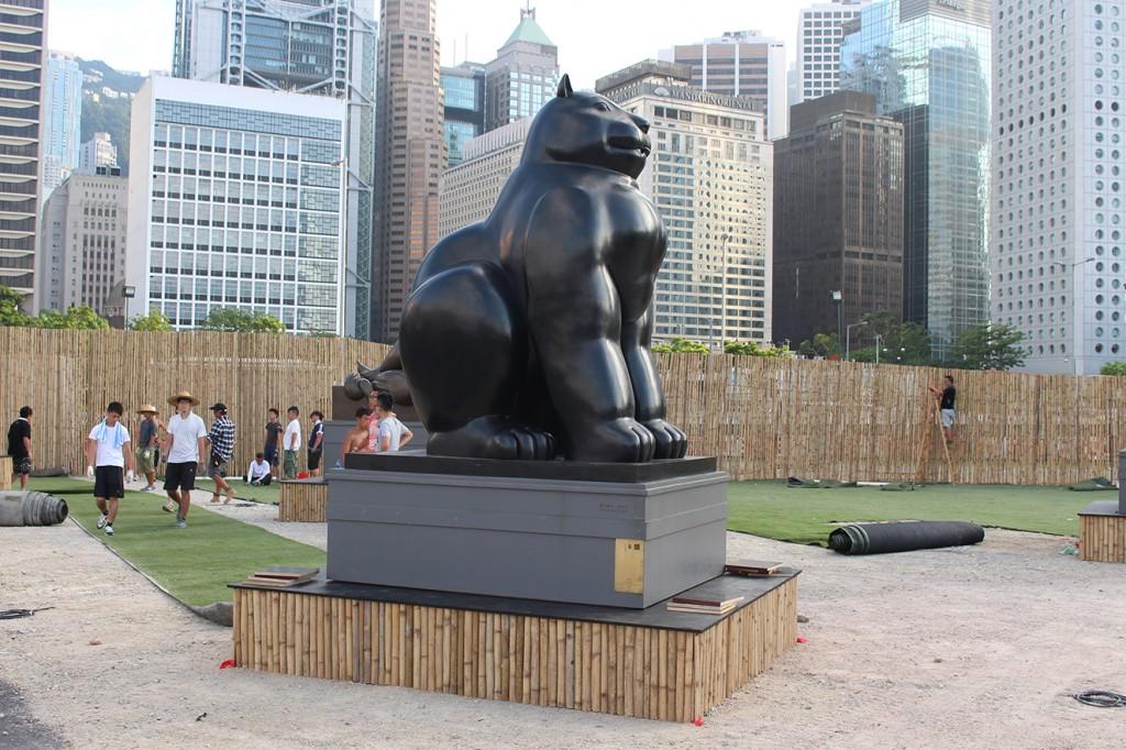 La escultura 'Cat' durante el montaje de la exhibición 'Parque Botero' en Hong Kong.