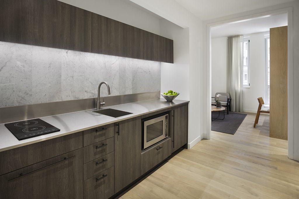 La cocina, completamente equipada, cuenta con estufa, horno, microondas y nevera.
