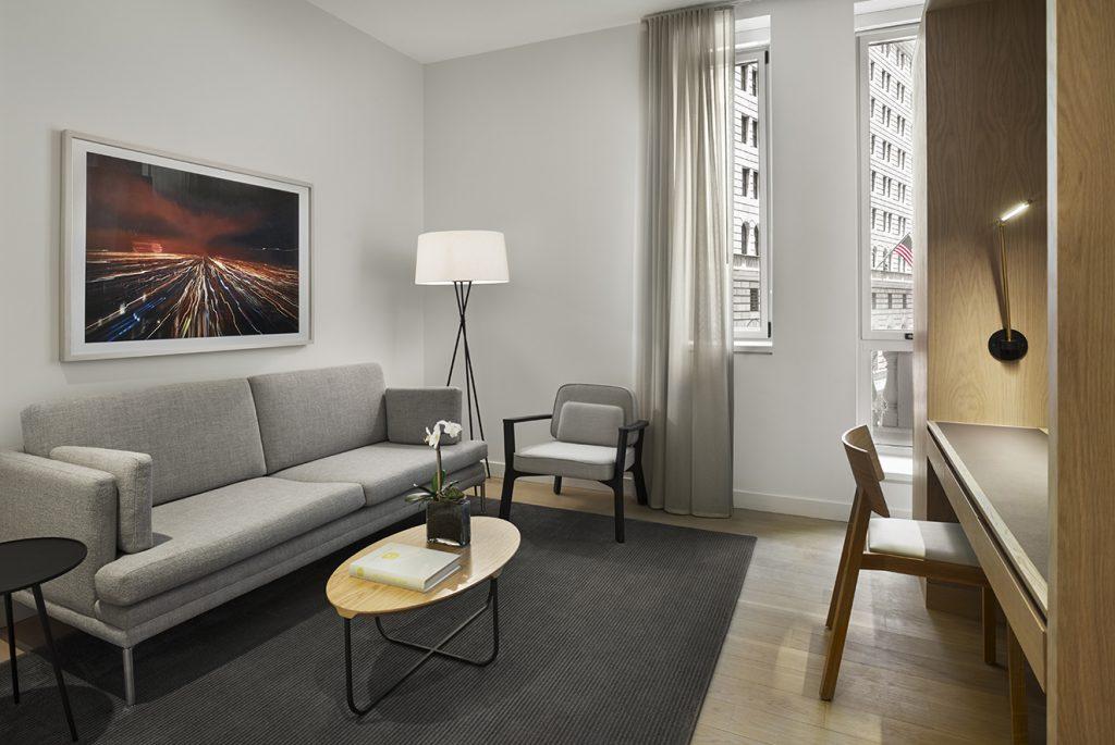 Los apartamentos se diseñaron en una paleta de colores sobrios como los grises y cafés.