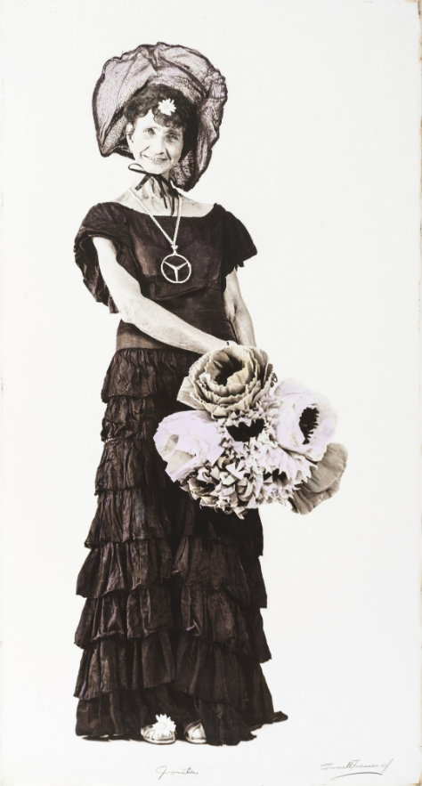 Fernell Franco. Jovita, Fotografía sobre papel fotográfico plástico intervenida con óleo y lápices de colores de óleo. 189 x 100 cm. 1970 - 1980.
