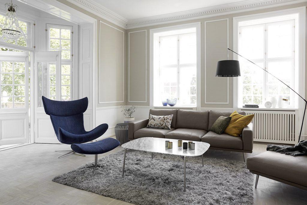 El sofá modular 'Carlton', diseño de Anders Nørgaard, es ideal para crear un ambiente personalizado, pues puede escogerse entre diferentes tamaños, patas, telas y pieles. Se destacan la silla giratoria con reposapiés 'Imola', de Henrik Pedersen; la mesa de centro 'Murcia', con tapa de mármol blanco y patas de acero rugoso, y la mesa auxiliar 'Valencia', ambas de Morten Georgsen. La lámpara de pie 'Crane', de 203 cm de alto, diseño de Henrik Pedersen, y la alfombra 'Monika', complementan el ambiente. Todo de BoConcept. Fotografía: cortesía BoConcept.
