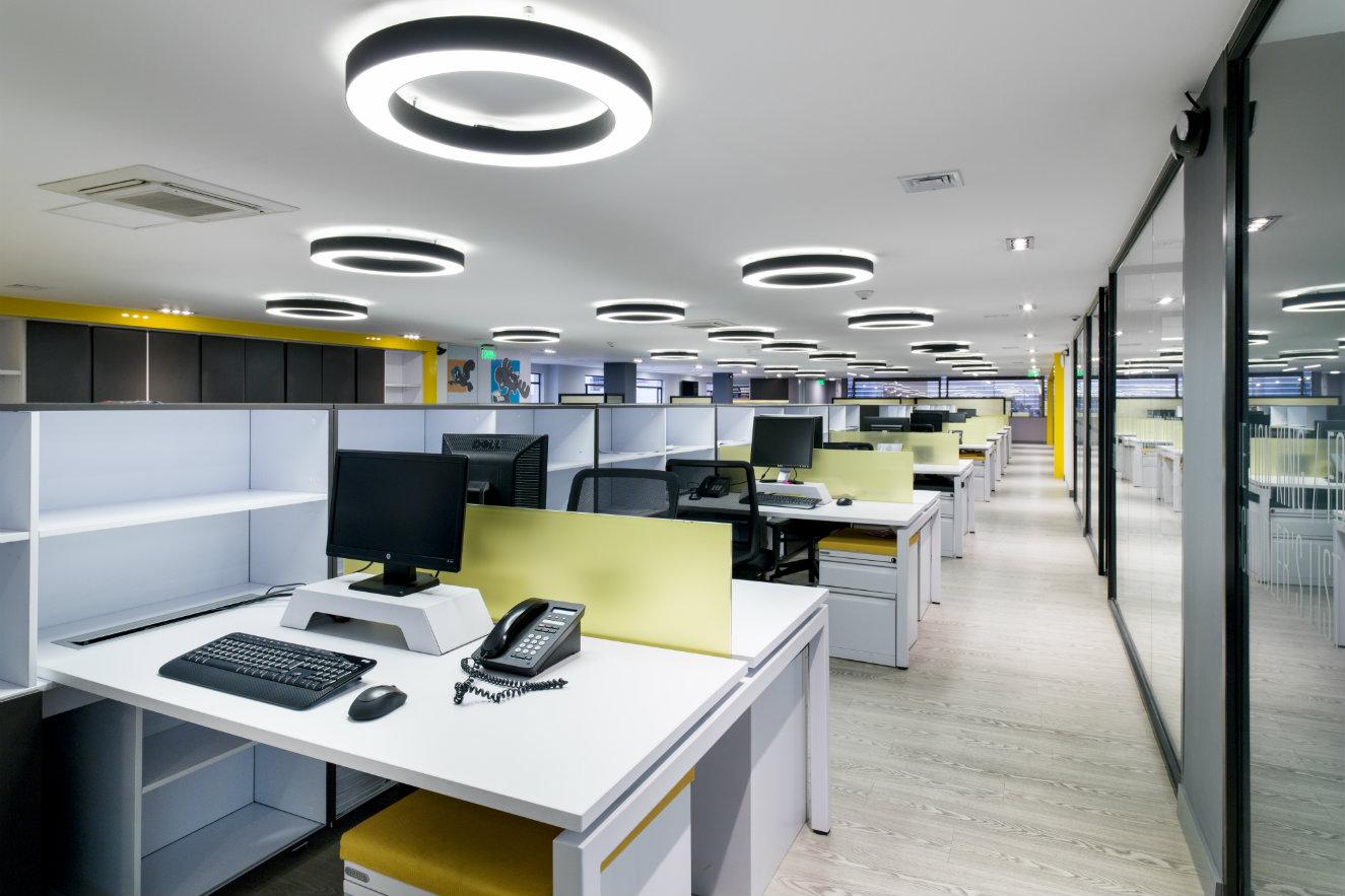 Zona de espacios de trabajo abiertos e individuales. Fotografía: cortesía, Arquitectura e Interiores