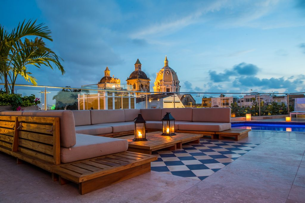 sophia-hotel-interio-terraza-cercana-atrdecer