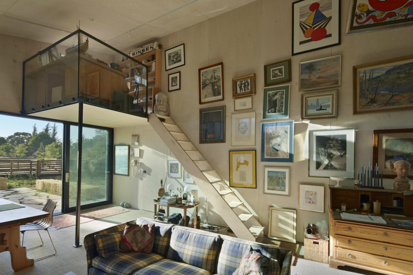 Las pinturas de la propietaria adornan las paredes. Fotografía: © Bruce Damonte.