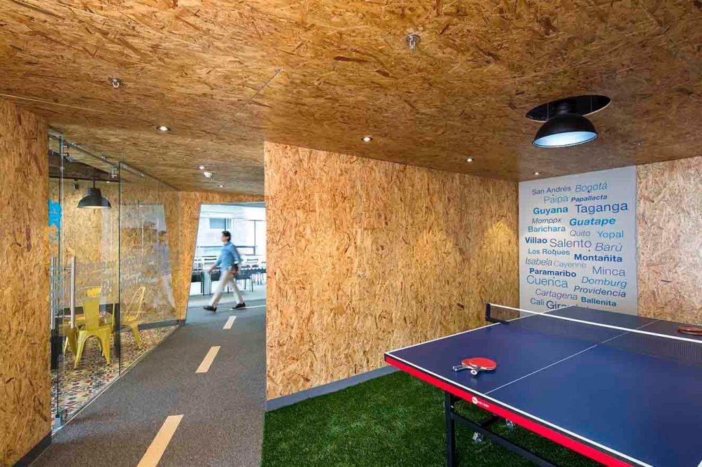 Sala de ping-pong en las oficinas de Booking.com; proyecto de AEI.
