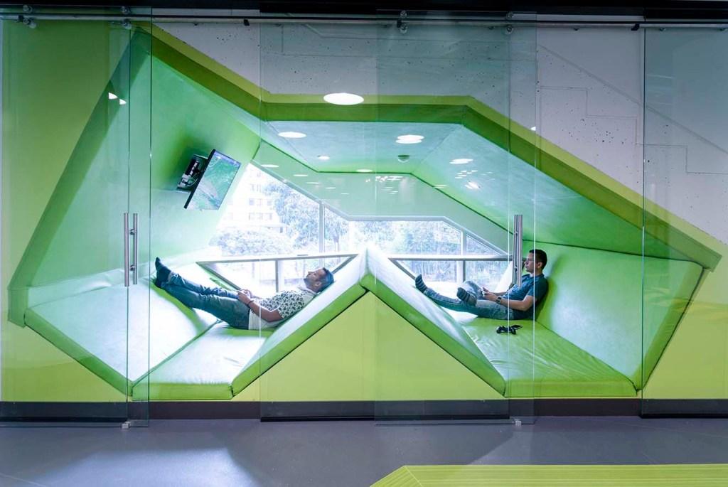 Zona de bienestar en las oficinas de Globant Medellin, proyecto de Arquitectura e Interiores.Fotografía: cortesía.