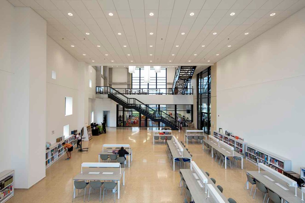 Un amplio volumen alberga la biblioteca. Los cielo rasos son de drywall. Fotografía: Enrique Guzmán G.