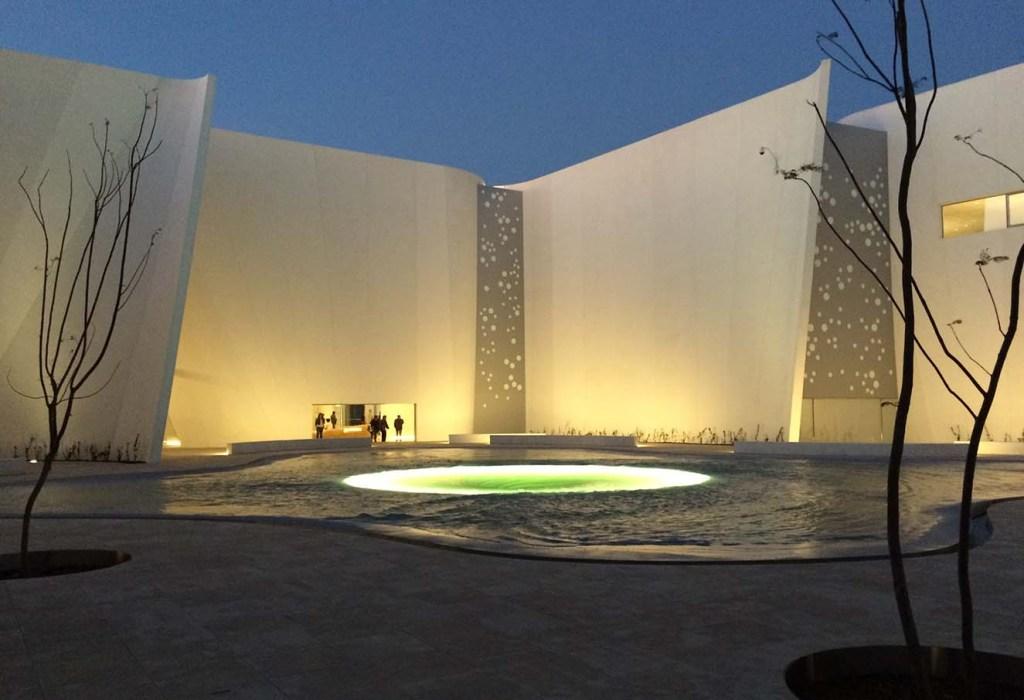 Vista del patio central. Para reforzar la idea del remolino como lugar de génesis del museo, se implementó una iluminación especial. Fotografía: cortesía Taka y Kobari.