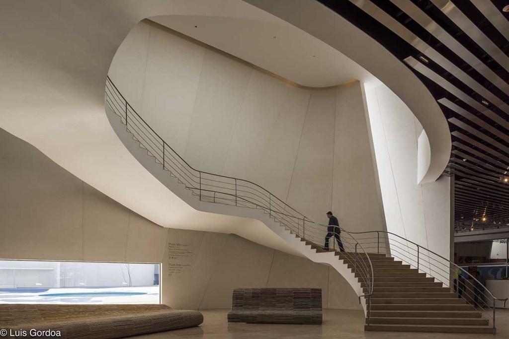 El lobby alberga una escultural escalera que lleva a la segunda planta. Fotografía: cortesía Luis Gordoa.
