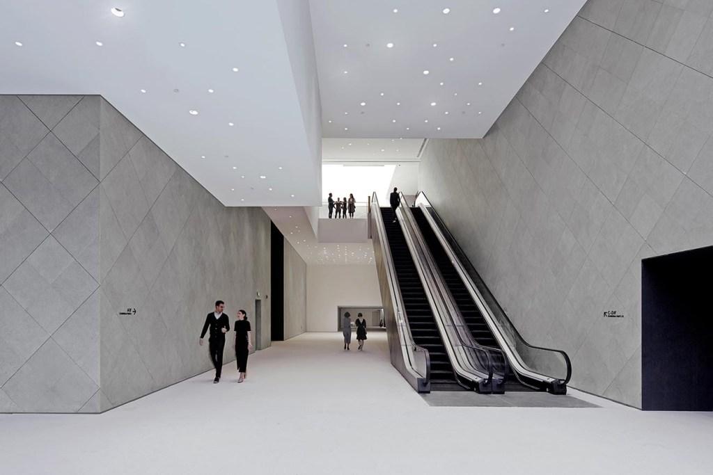 Amplio hall para acceder a las salas de subastas. Fotografía: cortesía © Ole Scheeren  Buro Photo by Shuhe.