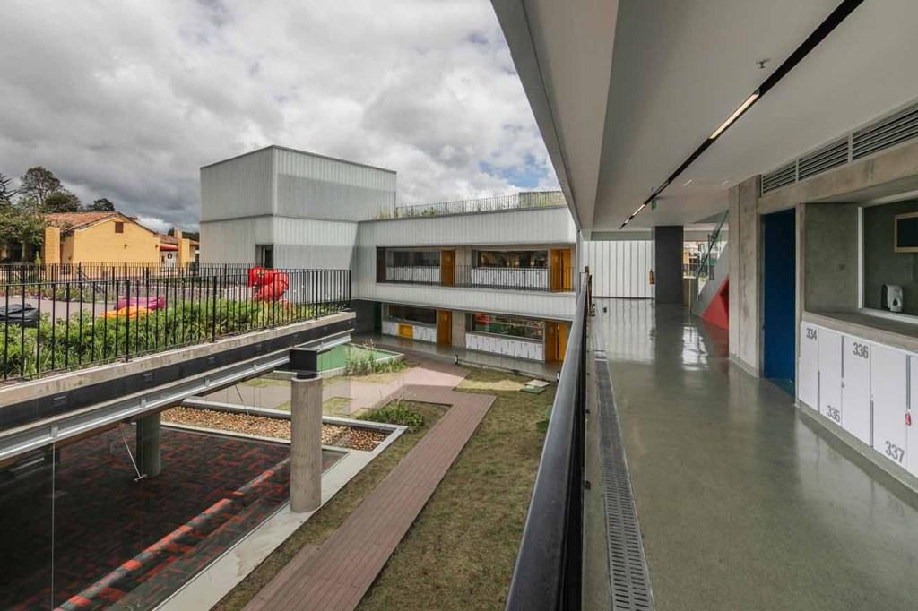 Los pisos interiores tiene pintura Epoxi, y son de la firma Induworke; los pisos exteriores son de Atmosferas.Fotografía: Alejandro Arango. Cortesía: EEM.