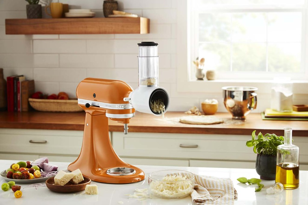 La batidora Artisan de KitchenAid color Honey hace referencia a Los tonos cálidos con un trasfondo dorado y anaranjado, irradia positividad y calidez. Fotografía: cortesía.