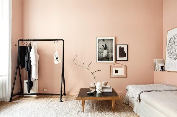 Una camera da letto dal fascino vintage con sprazzi glamour molto pronunciati.il tendaggio in seta pesante riprende la nuance della parete rosa polvere, conferendo a tutto l'ambiente un'atmosfera riposante e sofisticata.il rosa assolve a una funzione ben precisa: Una Stanza Total Pink Interior Break
